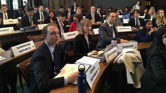 """Teilnehmer der """"Model United Nations""""-Konferenz sitzen im Rathaus in Erfurt"""