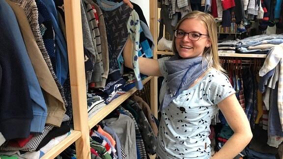 Sophie Juraske, holt in einem Bekleidungsgeschäft einen Kinderladen von der Stange.