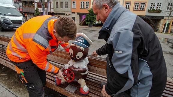 Installation der reparierten Pittiplatsch-Figur auf der Rathausbrücke in Erfurt