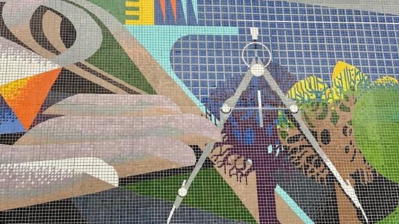 Wandmosaik mit Zirkel und Baum.