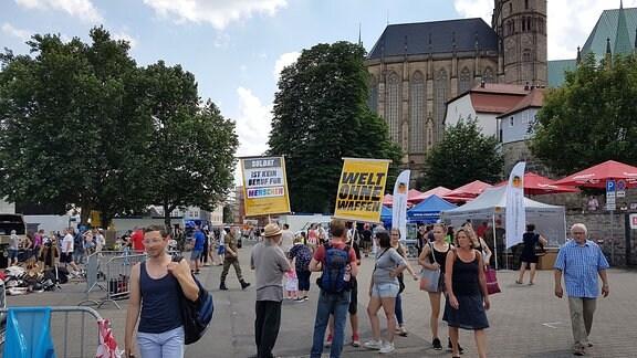 Bundesweiter Tag der Bundeswehr. Auch in Erfurt auf dem Domplatz präsentierte sich die Bundeswehr. Es gab auch Proteste dagegen.