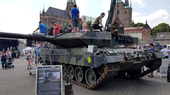 Bundesweiter Tag der Bundeswehr. Auch in Erfurt auf dem Domplatz präsentierte sich die Bundeswehr.