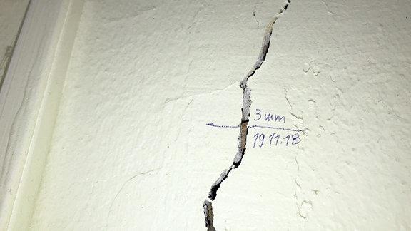 Ein 3 Millimeter dicker Riss in den Wänden.