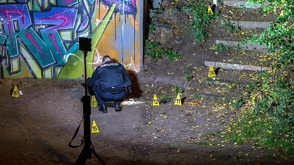 Ein Polizist untersucht einen Tatort.
