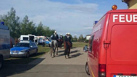 Berittene Polizei auf einem Gelände