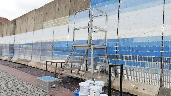 In Weimar steht auf dem Theaterplatz eine Mauer. Kunstprojekt zum Tag des Mauerfalls.