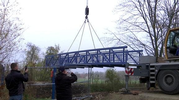 Bei Hardisleben wird eine Brücke für einen Radweg eingehoben