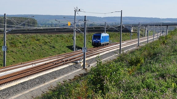 Blaue Diesellokomitive auf der Bahn-Neubaustrecke Halle/Leipzig - Erfurt im Kreis Sömmerda