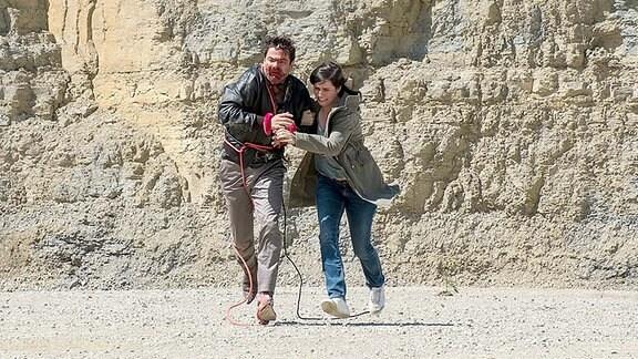 Kira Dorn (Nora Tschirner) und Fritte (Andreas Döhler) fliehen.