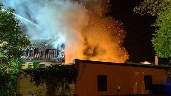 Im Hof eines Gebäudekomplexes brennt es
