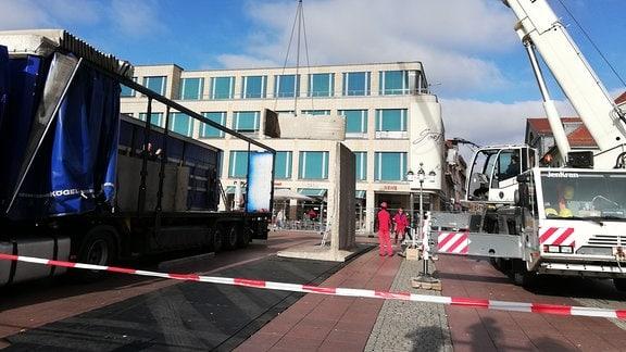 Auf dem Theaterplatz in Weimar stellt ein Kran Beton-Winkelelemente auf