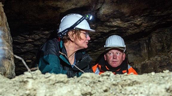 Dr. Karin Sczech vom Thüringer Landesamt für Denkmalpflege und Archäologie und ein Vertreter der Firma Taubert Kampfmittelbeseitigung stehen in einem im Steinbruch des KZ Buchenwald entdeckten Stollen