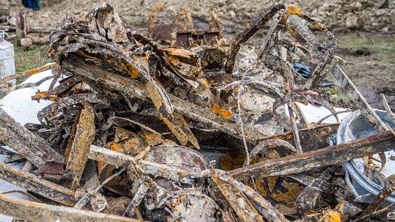 Gefundene alte Metallteile liegen auf einem Haufen.