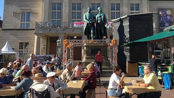 Theaterplatz Weimar mit Menschen