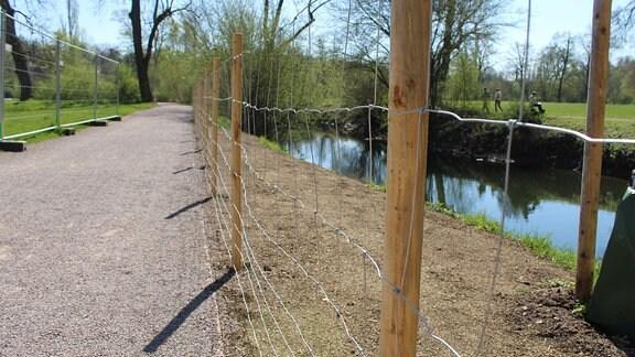 Neuanpflanzungen müssen abgesperrt werden, weil die Besucher so unvernünftig sind. (Hier an der neuen Brücke)
