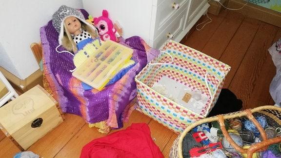 eine alleinerziehende Mutter mit ihrem Kind Chaotische Kinderzimmer wegen Corona