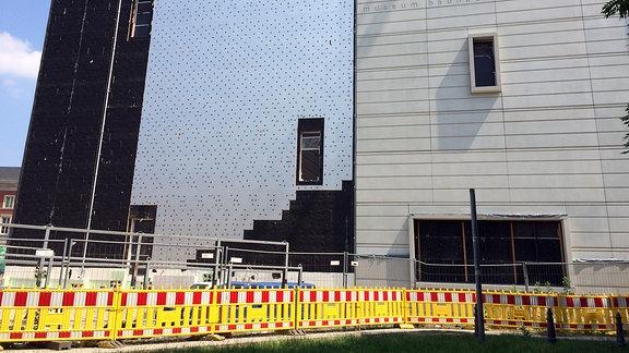 Das neue Bauhaus-Museum mit teilweise fertig gestellter Fassade/im Untergrund entdeckte Tanks, mit einer Folie abgedeckt