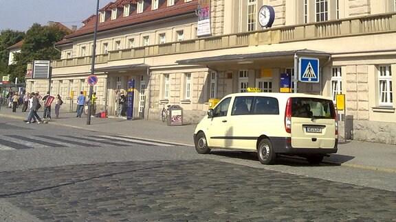 Frontansicht des Weimarer Hauptbahnhofs