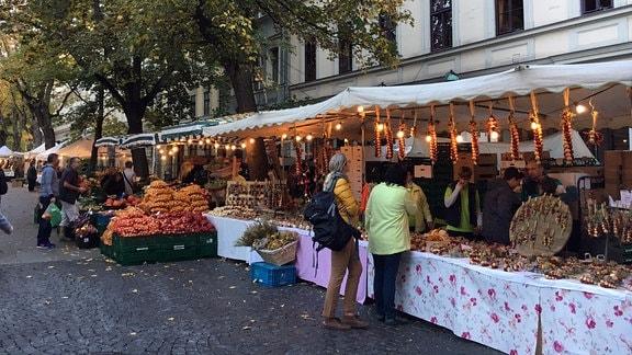 Besucher bummeln am frühen Samstagmorgen über den Zwiebelmarkt.