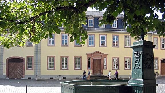 Das sogenannte Goethewohnhaus am Frauenplan in Weimar, mit dem sogenannten Goethebrunnen im Vordergrund