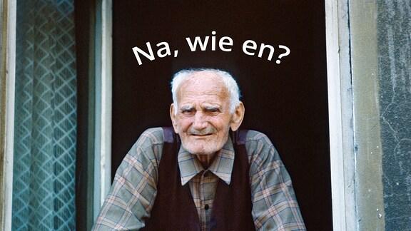 """Alter Mann schaut laechelnd aus einem Fenster. Schriftzug """"Na wie en?"""" ist über ihm zu lesen."""