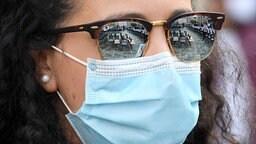 Frau mit Maske und Sonnenbrille | imago images/ddbd