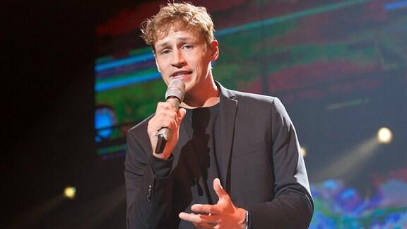 Tim Bendzko rettet nicht nur die Welt (so ein Liedtext von ihm), er hat auch die nicht leichte Aufgabe als erster Solo-Künstler auf die Bühne zu gehen