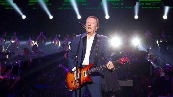 """Die Legende! John Miles spielt natürlich """"Music"""", packt aber für den Rock-Klassiker """"Jump"""" auch die Gitarre aus und springt munter auf der Bühne herum"""