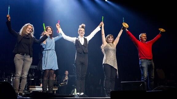"""Der Flötist Gabor """"The Fluteman"""" (Mitte) spielt nicht nur selbst mit bis zu fünf Flöten gleichzeitig, erholt auch einige Besucher aus dem Publikum auf die Bühne und musiziert mit ihnen gemeinsam"""