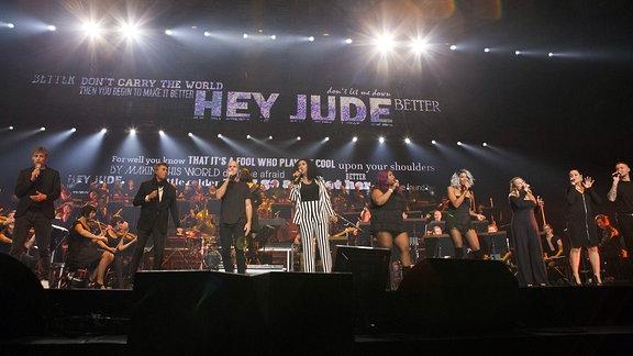 """Großes Finale: Zu """"Hey Jude"""" kamen noch einmal alle Künstler auf die Bühne. Dem Publikum hat die Night of the Proms 2018 gefallen. Und der Termin für's nächste Jahr ist auch schon bekannt: 17. Dezember 2019, Erfurt, Messehalle"""