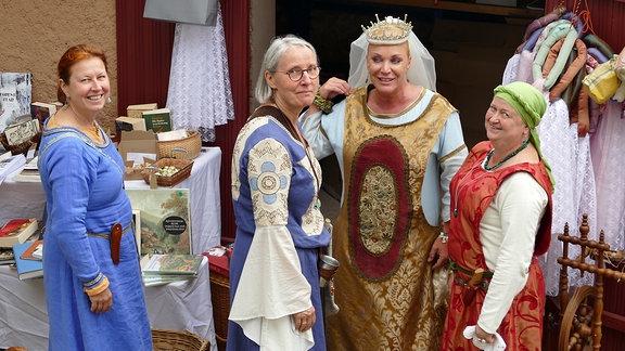 Drei als Edelfrauen verkleidete Frauen