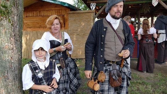 Eine als Schottenfamilie verkleidete Familie