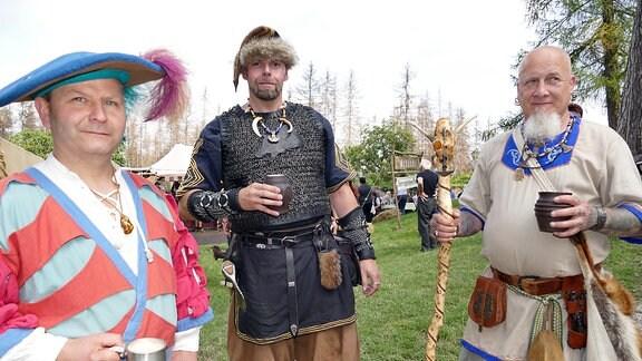 Als Landknecht und Wikinger verkleidete Männer