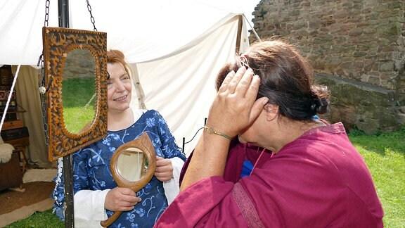 Eine Frau schaut in einen Spiegel