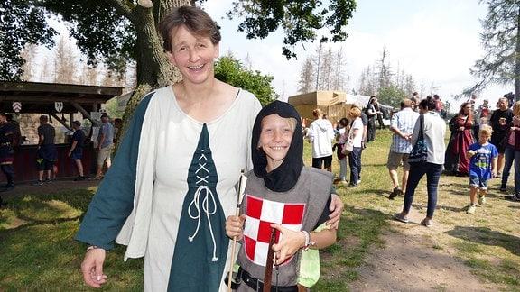 Eine verkleidete Frau und ein als Ritter verkleideter Junge