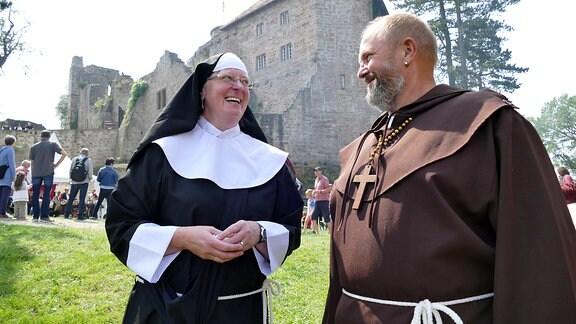 Eine als Nonne verkleidete Frau und ein als Mönch verkleideter Mann