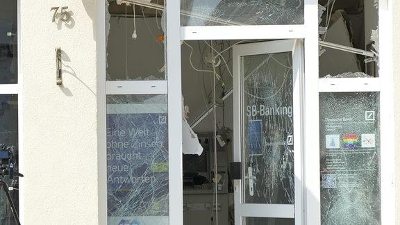 Der beschädigte Eingang einer Bank-Filiale in Worbis. In der Nacht wurde hier ein Geldautomat gesprengt.