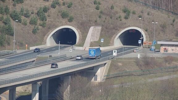 Lkw und Autos fahren auf der A71 in den Höllbergtunnel