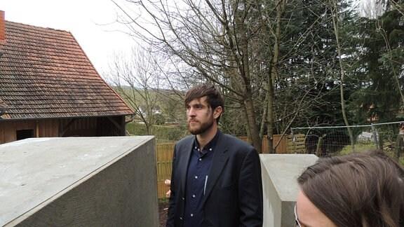Morius Enden im Nachbau des Berliner Holocaust-Mahnmals der Künstlergruppe Zentrum für politische Schönheit neben Björn Höckes (AfD) Wohnhaus in Bornhagen