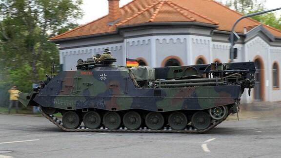 Ein Bergepanzer der Bundeswehr fährt durch Bad Frankenhausen.