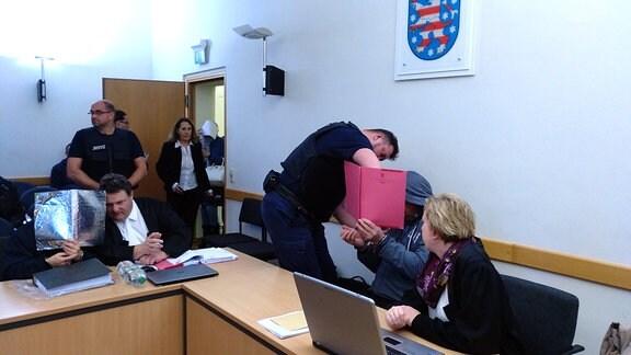 Die Angeklagten und ihre Anwälte im Rezeptfälscher-Prozess am Amtsgericht Nordhausen