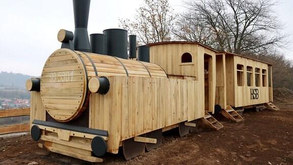 Eine Dampflok aus Holz.