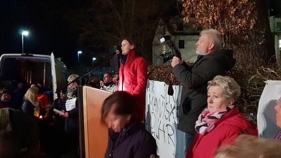 Landrätin Antje Hochwind spricht vor mehreren Menschen.