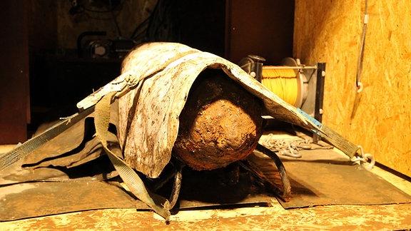 Eine entschärfte Fliegerbombe ist auf einer Ladefläche festgeschnallt