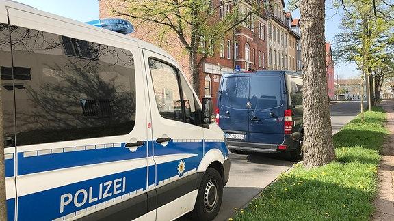 Mehrere Fahrzeuge der Bundespolizei stehen in Nordhausen vor einem Gebäude.