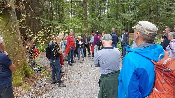 Mitglieder der Laubgenossenschaft Niederdorla besichtigen den Ruhewald Hainich