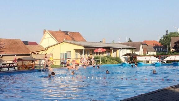 Schwimmbecken des Freibades.