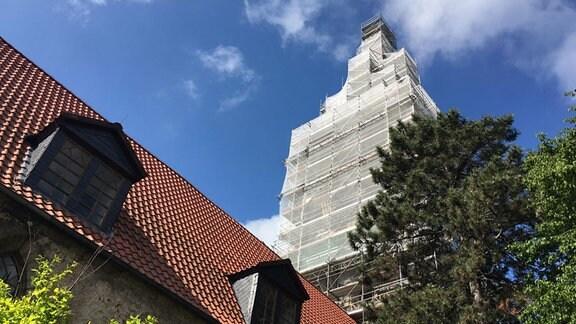 Die Walpurgiskirche in Großengottern mit eingerüstetem Turm.