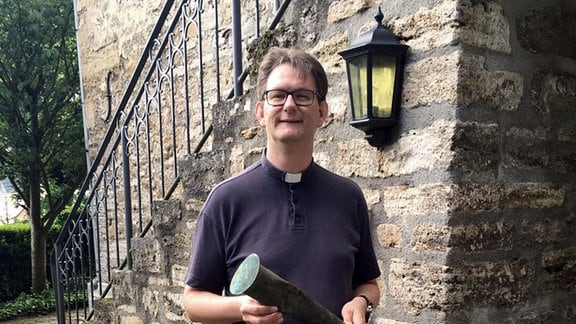Großengotterns Pfarrer Matthias Cyrus mit dem Turmknopf der Walpurgiskirche.
