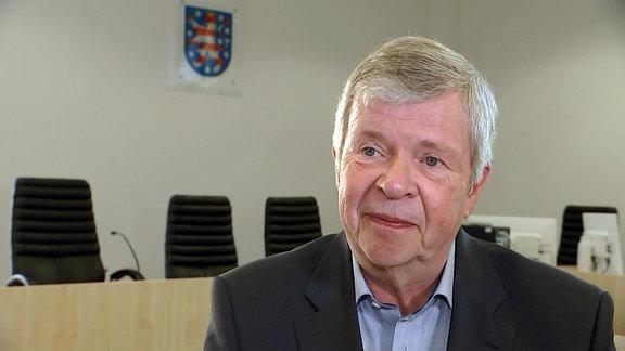 Jugendrichter Jürgen Schuppner in einem Gerichtssaal